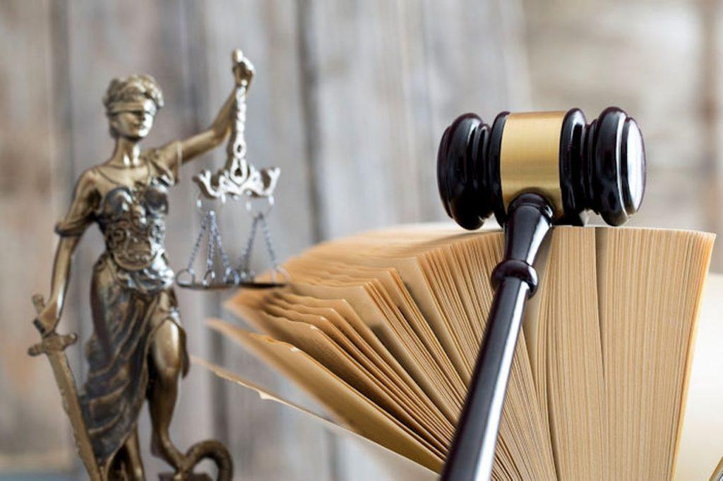 פטיש משפטי על ספר פתוח
