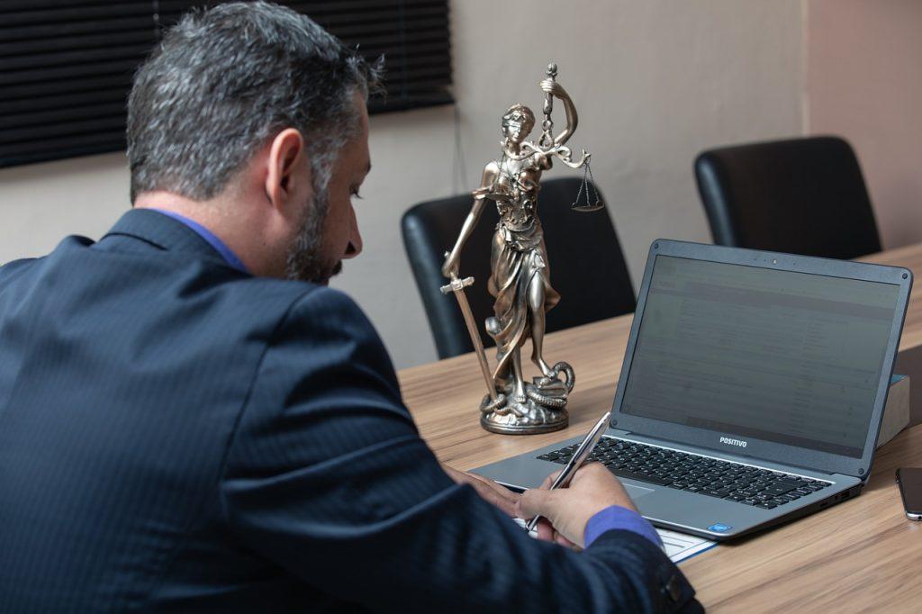 עורך דין במחשב
