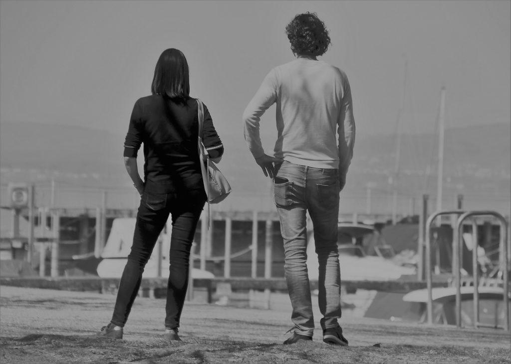 גבר ואישה מסתכלים לאופק
