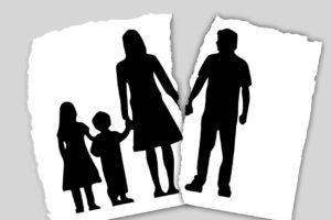משפחה מצויירת על נייר קרוע